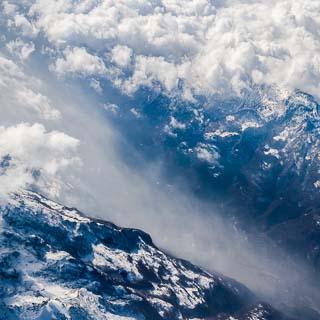 Luftbild eines Tals in den Alpen