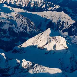 Luftaufnahme von den Bergen Dreispitz und Schwalmere in den Berner Alpen