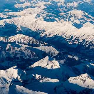 Luftbild der Berner Alpen mit Dreispitz, Schwalmere, Niesenkette und dem Kandertal