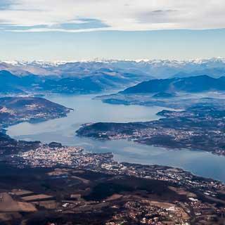Luftbild vom Lago Maggiore mit Arona