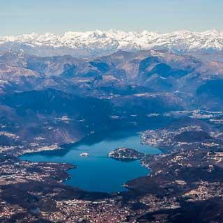 Luftaufnahme vom Ortasee mit den Alpen von Süden