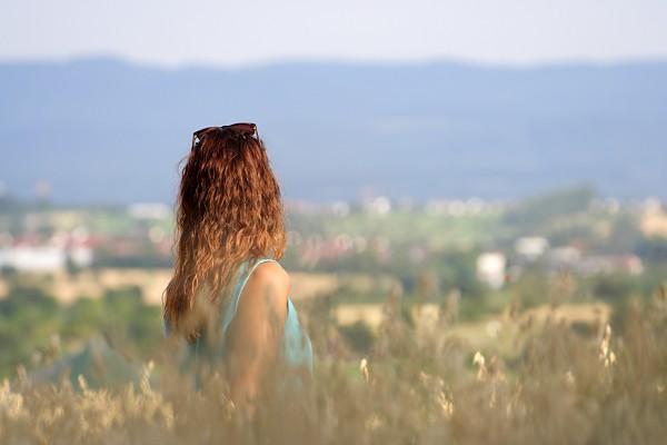 in den Feldern mit Blick auf die Schwäbische Alb