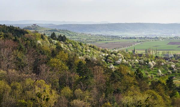 Blick vom Schloss Roseck zur Wurmlinger Kapelle (Hohenzollern rechts dahinter).