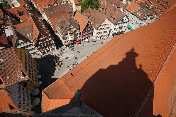 Schatten des Kirchturms auf dem Dach und der Holzmarkt