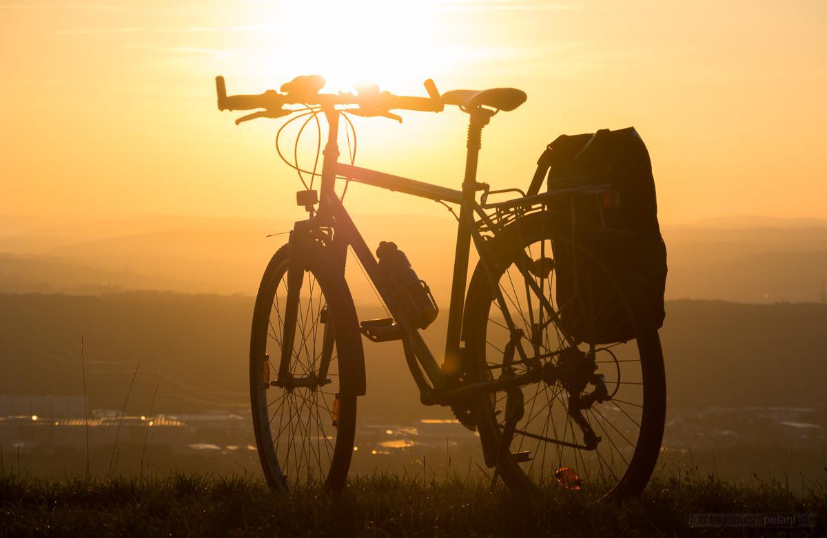 Fahrrad im Sonnenuntergang mit Blick in die Landschaft