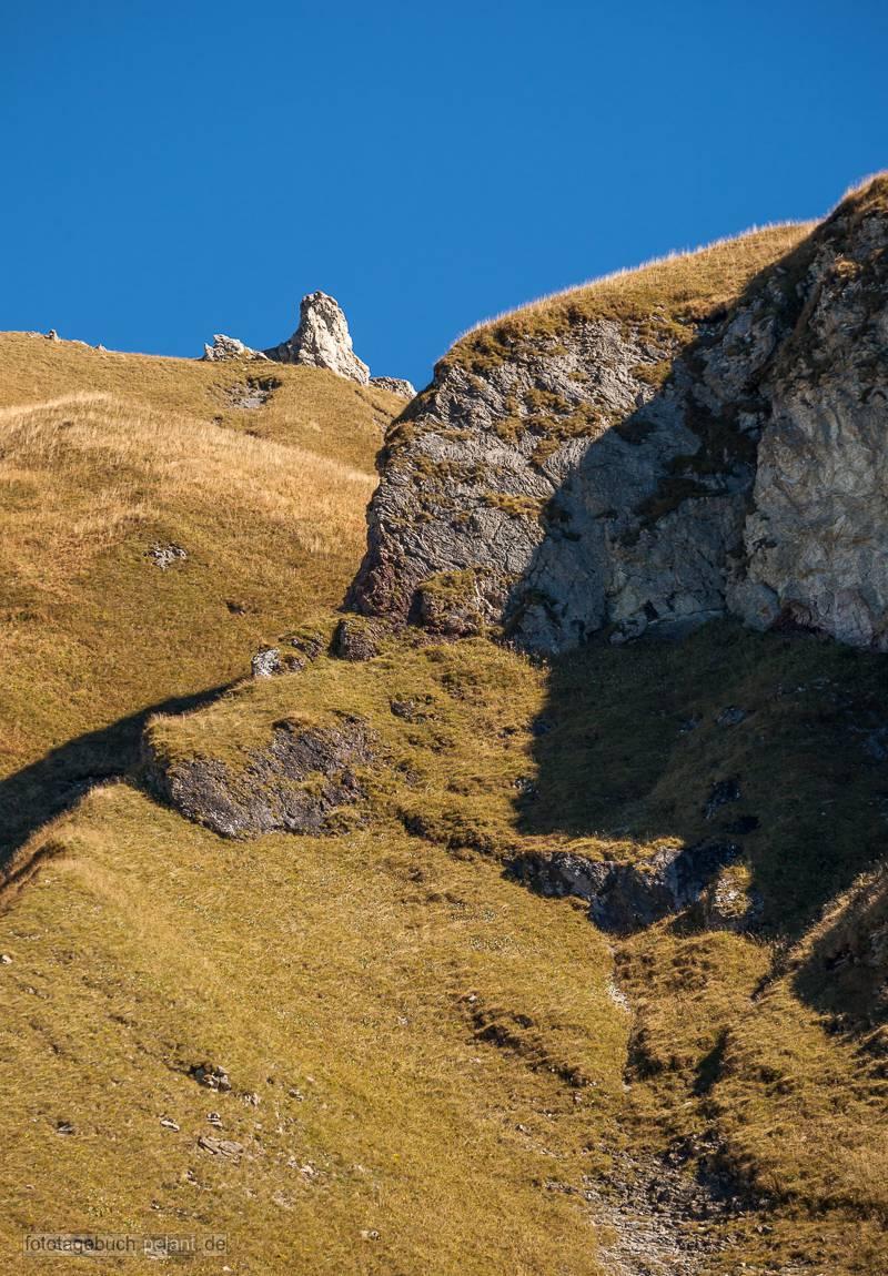 Berge mit gelbem Gras