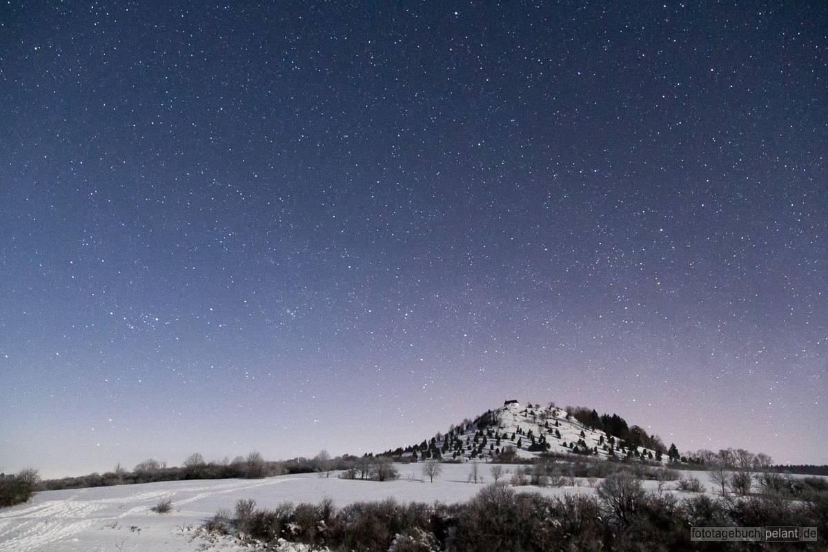 Die Salmendinger Kapelle auf dem Kornbühl in einer klaren Nacht mit Sternenhimmel