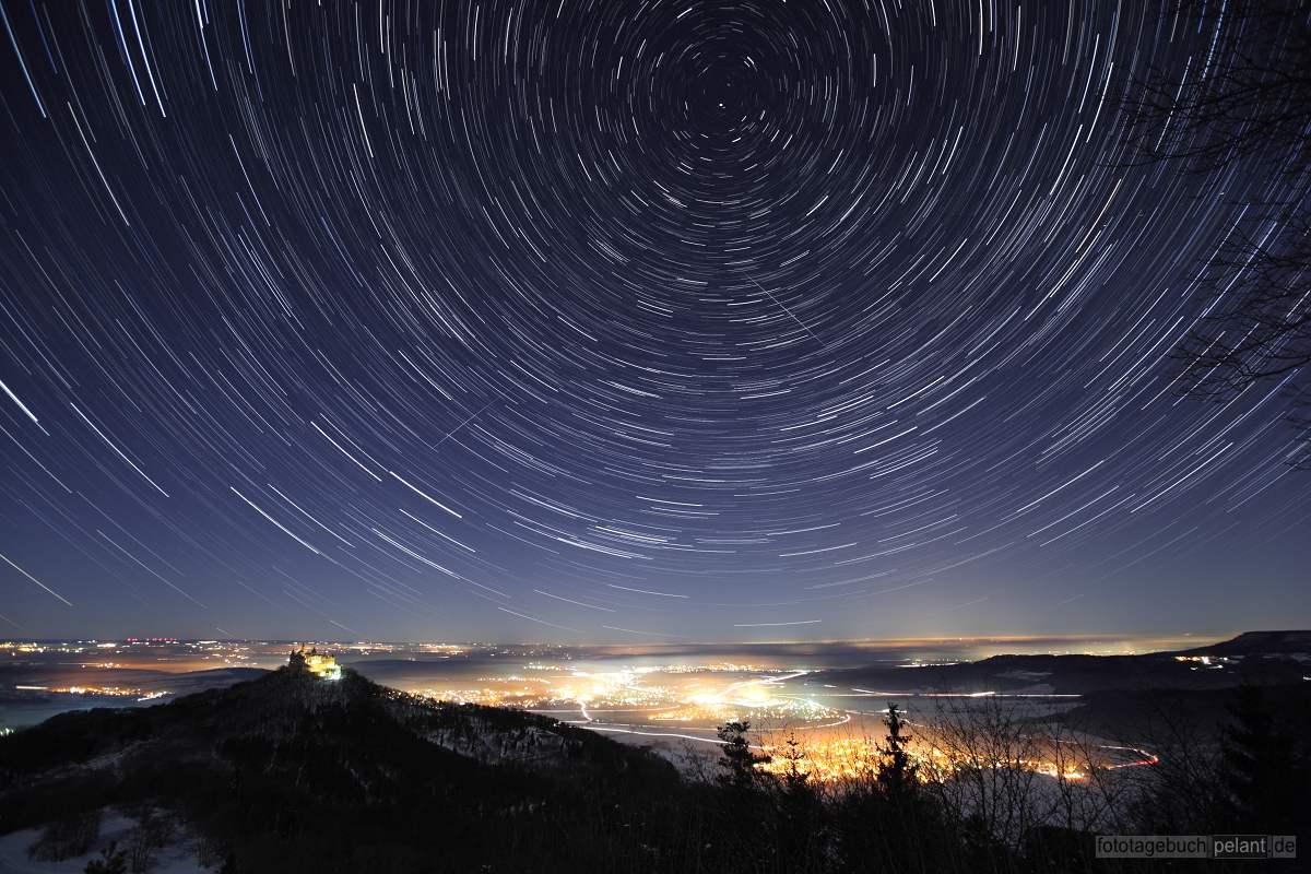 Hohenzollern und Hechingen mit Startrails, Nachtaufnahme