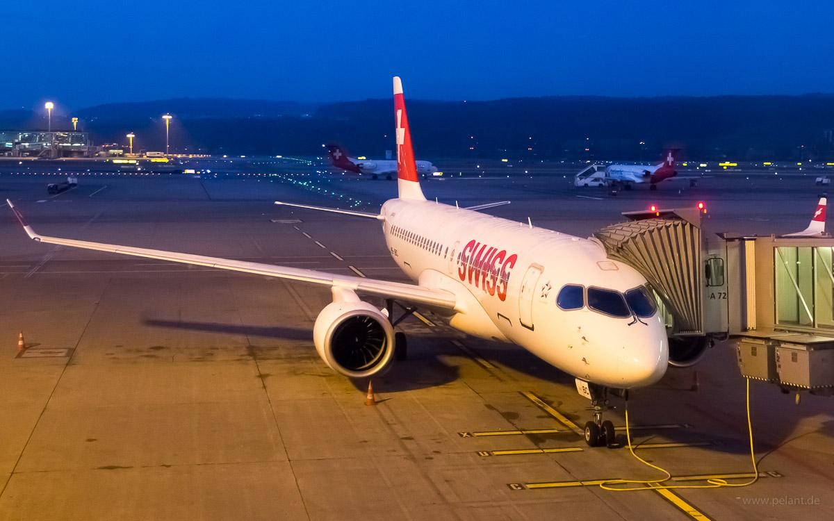 HB-JBC | Swiss Global Air Lines | Bombardier CS100 | ZRH Flughafen Zürich, am Gate bei Abenddämmerung