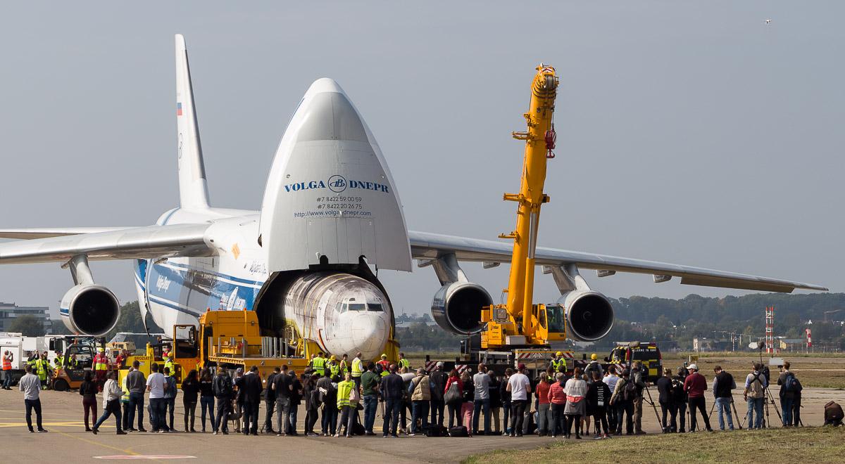 Ankunft der Landshut in Friedrichshafen / Ausladen aus der An-124