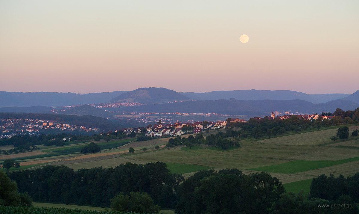 Mondaufgang über Altenriet mit Blick auf die Schwäbische Alb mit Jusi