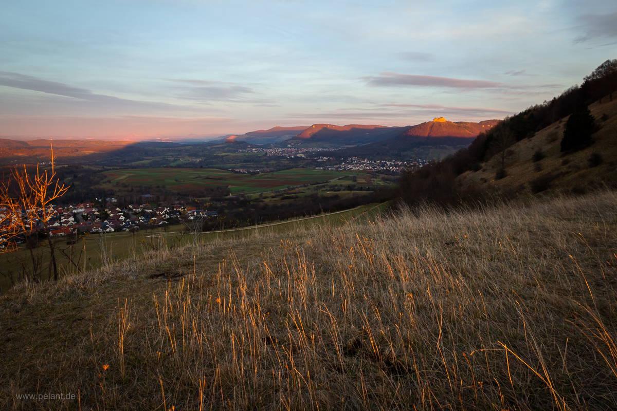 Sonnenuntergang auf dem Jusi und Blick den Albtrauf entlang (Hohenneuffen, Beurener Fels, Teck).