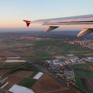 Blick auf die Bundesstraße B27, Stetten und Plattenhardt aus dem Flugzeug während dem Start von STR / Bahn 25