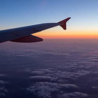 Dämmerung über den Wolken (Blick aus dem Flugzeugfenster)