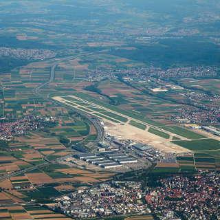 Blick aus dem Flugzeug auf den Stuttgarter Flughafen
