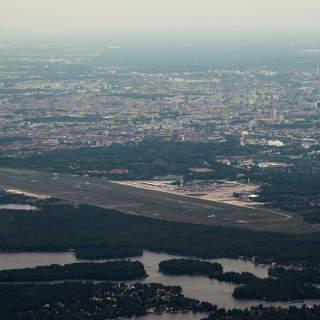 Blick auf den Flughafen Tegel und Berlin mit dem Tegeler See im Vordergrund