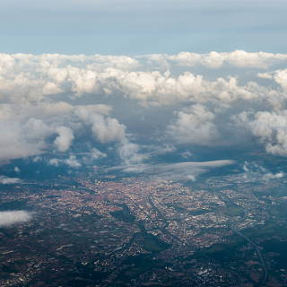 Blick aus dem Flugzeugfenster auf Nürnberg unter Wolken