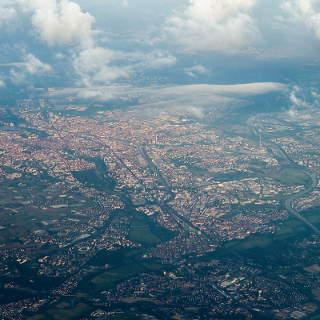 Blick aus dem Flugzeugfenster auf Nürnberg