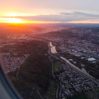 Blick auf das Neckartal mit Esslingen während dem Landeanflug auf STR zum Sonnenuntergang