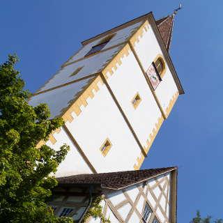 Kirchturm der Mauritiuskirche und Fachwerkhaus in Holzgerlingen