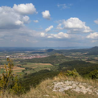 Blick vom Breitenstein in östliche Richtung auf die Limburg und Weilheim a.d. Teck mit den Drei Kaiserbergen am Horizont
