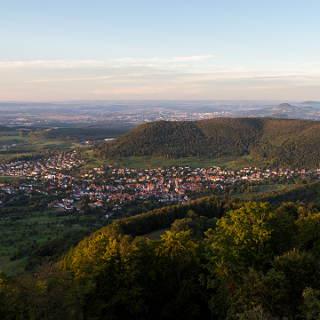 Aussicht vom Roßbergturm auf Gönningen und den Albtrauf
