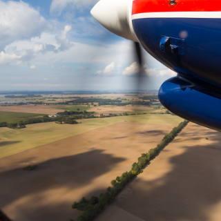 Felder auf Rügen und ein Propellertriebwerk