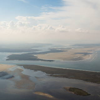 Südliches Ende der Insel Hiddensee und Insel Bock, dazwischen die Fahrrinne nach Stralsund. Barhöft auf dem Festland.