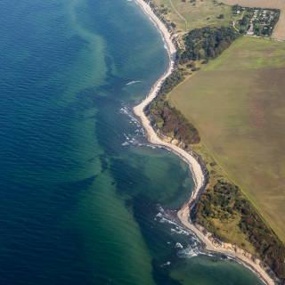 Luftaufnahme der Küste bei Dranske auf Rügen