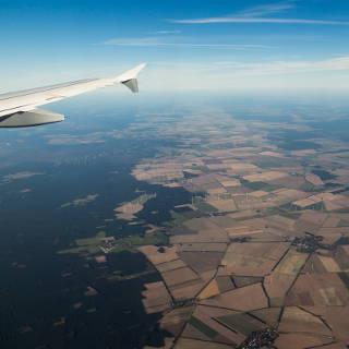 Wald, Felder und Windkraftanlagen, Luftbild