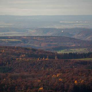 Blick von der Pfullinger Wanne Richtung ONO zur Wurmlinger Kapelle und dem Schwarzwald am Horizont