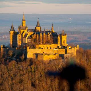 Unscharfer Umriss einer Kamera vor der Burg Hohenzollern