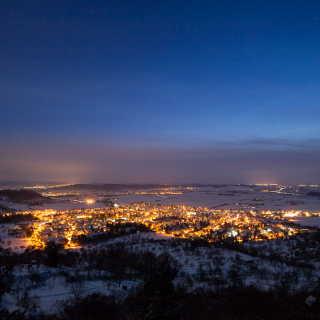 Blick auf die Lichter Ammerbuch-Entringen im Winter in der Abenddämmerung