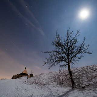 Wurmlinger Kapelle in einer (fast-)Vollmondnacht im Winter mit Schnee und Sternen am Himmel