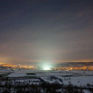 Blick auf den Unterjesinger Sportplatz bei Nacht