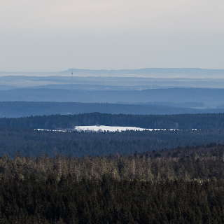 Blick vom Hohlohturm über den Schwarzwald zum Stuttgarter Fernsehturm und der Schwäbischen Alb