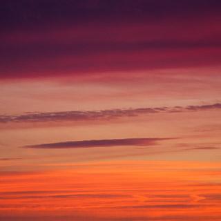 Abendrot - rote und violette Wolken am Himmel