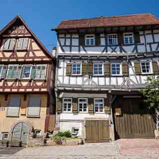 Fachwerkhäuser in Aichtal-Grötzingen, rechts das evangelische Gemeindehaus