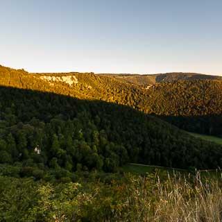 Albtrauf bei Bad Urach mit Rutschenfelsen im Morgenlicht