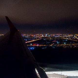 Blick aus dem Flugzeugfenster während dem Landeanflug auf den Beijing Capital International Airport bei Nacht