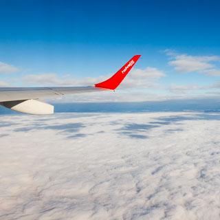 Blick auf Nebel aus dem Flugzeug mit Tragfläche