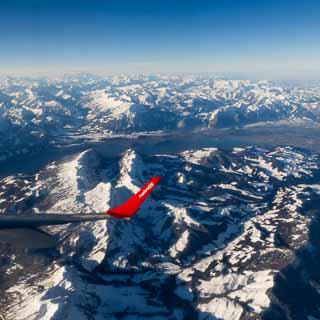 Luftaufnahme mit Blick auf den Thunersee von Nordosten, am Horizont das Montblanc-Massiv
