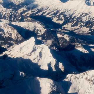 Luftbild von den Berner Alpen mit Morgenberghorn und Dreispitz sowie Frutigen im Kandertal