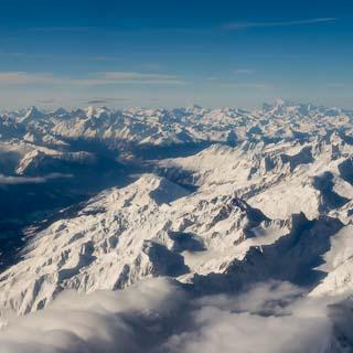 Luftbild vom Rhonetal mit Matterhorn und Mont Blanc am Horizont. Schweizer Alpen im Winter, Foto während dem Flug von Zürich nach Sion.