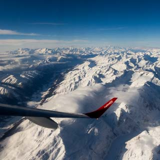 Blick auf das Rhonetal und den Aaregletscher im Winter. Berner Alpen mit Monte Rosa, Matterhorn und Mont Blanc am Horizont. Luftaufnahme.