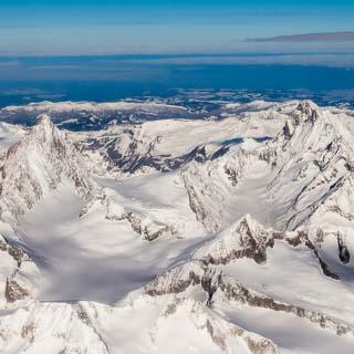 Luftbild der Berner Alpen mit Finsteraarhorn und Lauteraarhorn im Winter