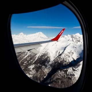 Blick aus dem Flugzeugfenster auf die Berner Alpen während dem Flug von Zürich nach Sion