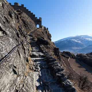 Treppen führen auf den Tourbillon zu der gleichnamigen Schlossruine, Sitten (Sion), Schweiz