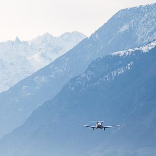 Ein Flugzeug (OO-PCI, Pilatus PC12/47E) startet vom Flughafen Sitten (SIR)