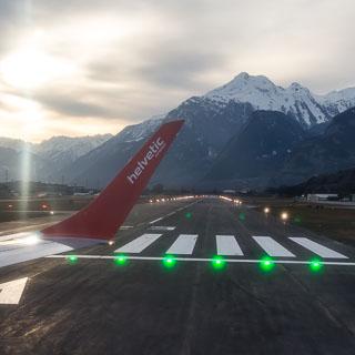 Blick aus der HB-JVO (Helvetic Airways Embraer 190) beim Einrollen auf die Runway (25) des Flughafen Sittens (Sion Airport) für den Flug nach Zürich